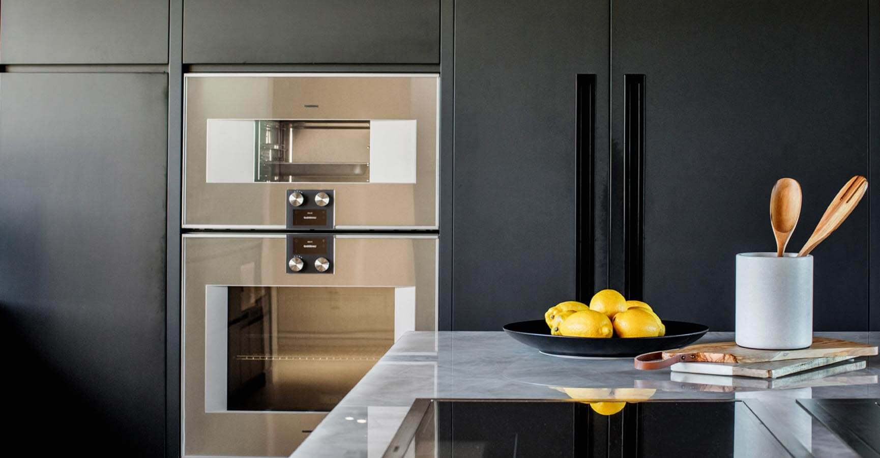 Modern Kitchen Fridge, Stove & Breakfast Bar